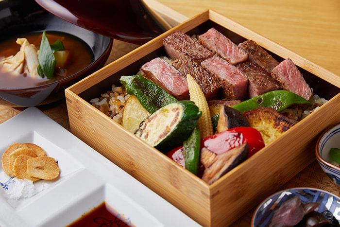 ルームサービスの人気メニュー、京都牛のステーキ重